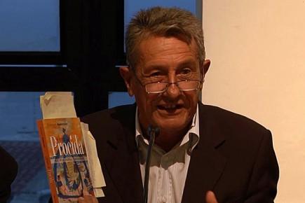 Domenico Ambrosino mostra la copertina del suo libro