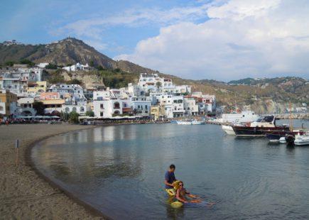 """UILDM Ischia: un successo l'iniziativa """"Jamm 'O Bagn"""" nella cornice di Sant'Angelo"""
